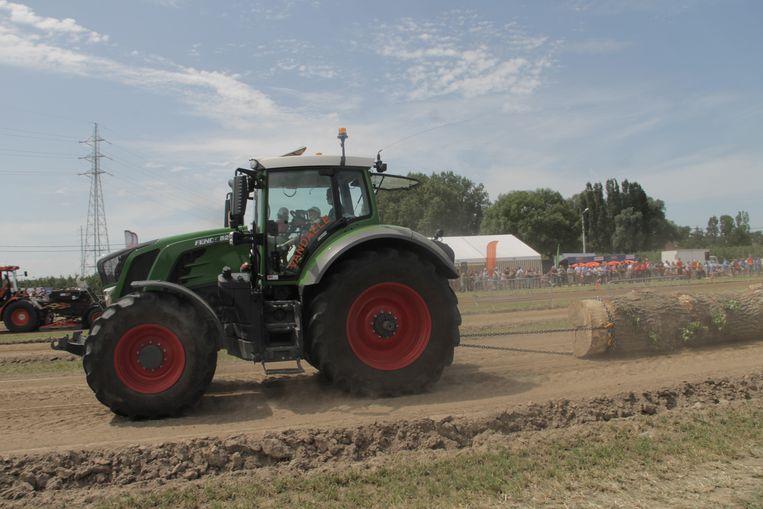 Boomstamtrekken op het Tractor pulling evenement.