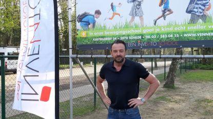 Tom Waes toch niet zo 'undercover' in school Vennebos