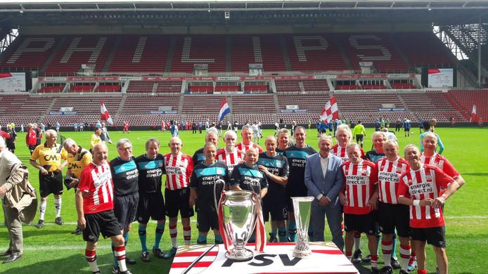 Wandelvoetbal groeit snel in populariteit. Teams van PSV hier met onder anderen Harry Lubse, Ernie Brandts en Jan Poortvliet voor een toernooi in het Philips Stadion in 2018.