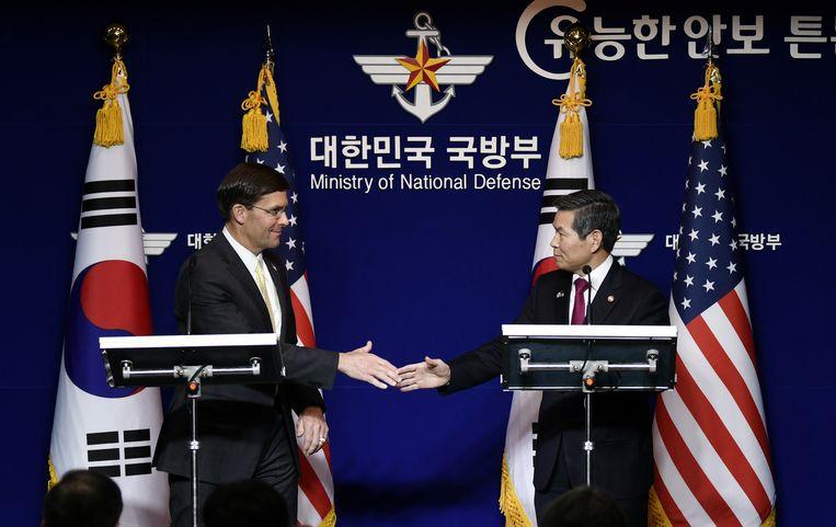 Esper (l.) samen met de Zuid-Koreaanse minister van Defensie Jeong Kyeong-doo.
