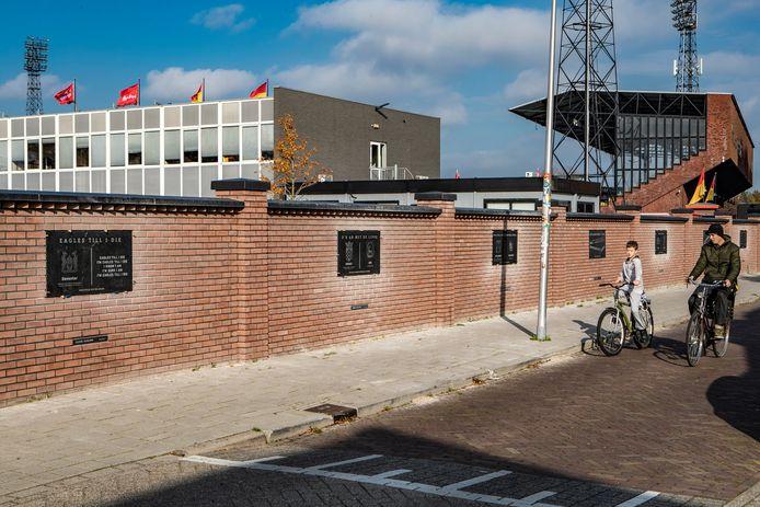 Een groep vrijwilligers plaatste donderdag de foutloze panelen in de nieuwe stadionmuur van Go Ahead Eagles. Na de onthulling in september ontdekten supporters enkele fouten.