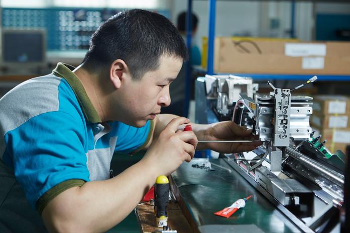 Een werknemer van NTS-Group in de vestiging in Shanghai aan het werk.