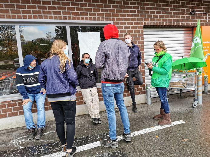 Het personeel vatte post bij de geblokkeerde ingang van de Colruyt-supermarkt in Alsemberg.