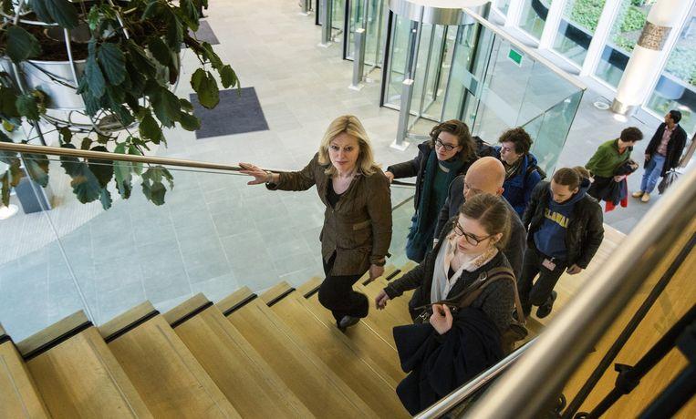 Jet Bussemaker (Onderwijs) met Amsterdamse studenten Beeld anp