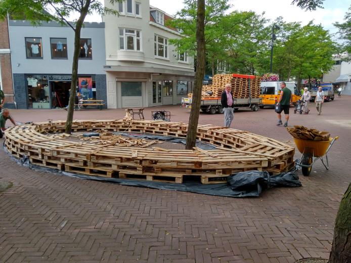 Banken van pallets moeten het Walplein meer sfeer geven.