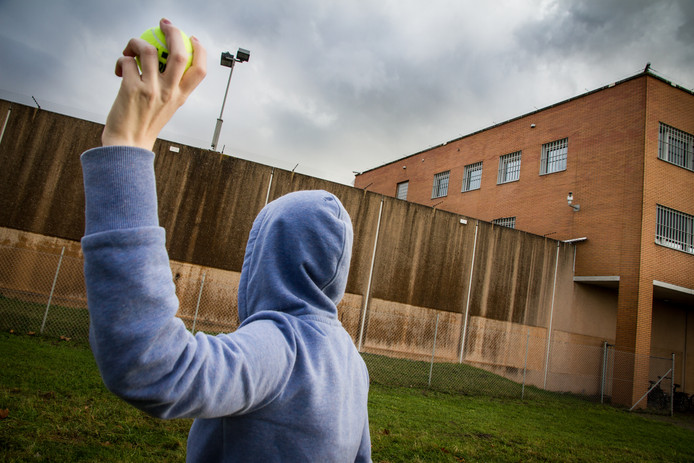 Eén van de technieken om spullen de bajes binnen te smokkelen is iets in een tennisbal stoppen en het over het hek gooien.