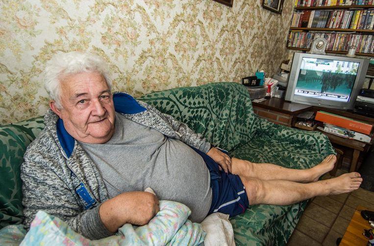 Tony leeft op pijnstillers en moet de koers noodgedwongen vanuit zijn zetel volgen.