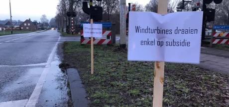 Omwonenden Lithse polder voeren met honderden bordjes actie tegen windmolenpark