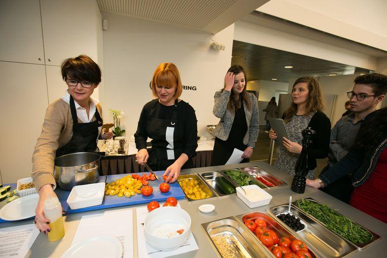 Burgemeester Hilde Claes en schepen Valerie Del Re koken voor de PXL.