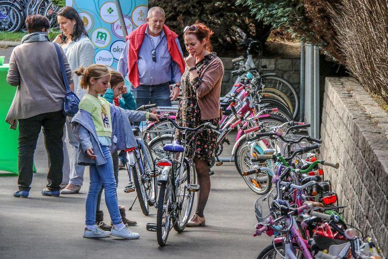 In de fietsbieb kunnen kinderen voor een zacht prijsje een tweedehands fiets huren.