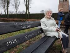 Eerbetoon aan 100-jarige Bladelse; Annie Jansen krijgt bankje