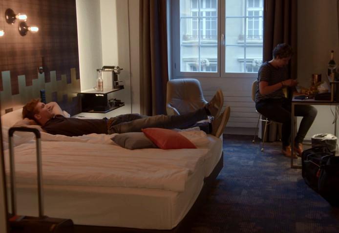Roel probeert het bed uit terwijl Steffi een toastje smeert.