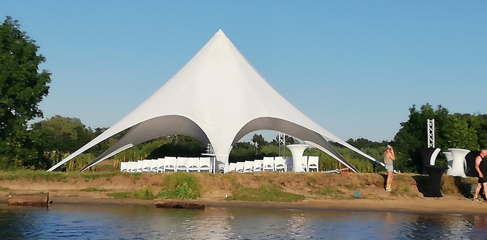 De opbouw van een trouwfeest in de Noorderkolk in Zwolle, juni 2019. Het feest had nooit gehouden mogen worden in dit natuurgebied.