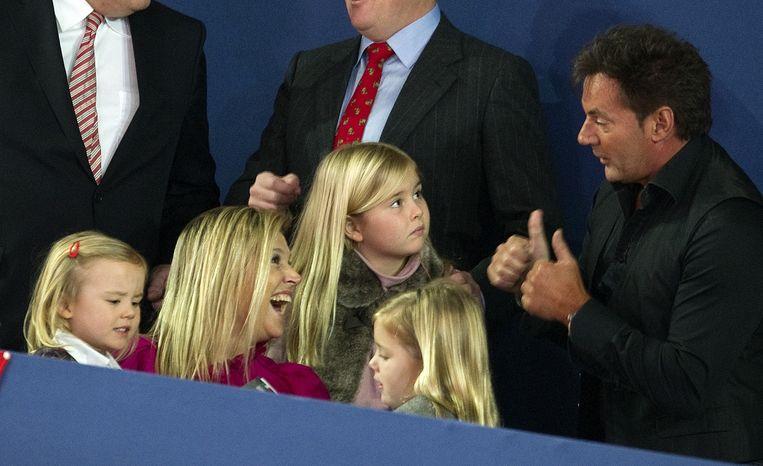 Prinses Maxima en hun dochters in een onderonsje met Gerard Joling tijdens Jumping Amsterdam in 2012. Beeld anp
