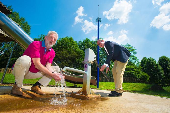 Wethouder Detlev Cziesso ( bij de pomp) en raadslid Harry Voss maken pret in het waterpark.