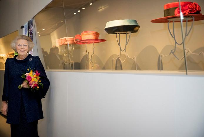 Prinses Beatrix der Nederlanden opent in museum Paleis Het Loo in Apeldoorn de tentoonstelling 'Chapeaux!.