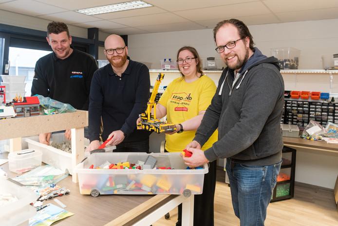 Djurre Menges, Pieter Geljon, medewerkster Karen en Mark Geljon (vlnr) op de schoonmaak- en sorteerafdeling van Brickr in Den Dolder.