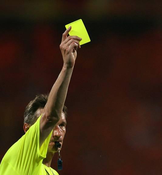 Valentin Ivanov met één van zijn zestien gepresenteerde gele kaarten tijdens Oranje-Portugal