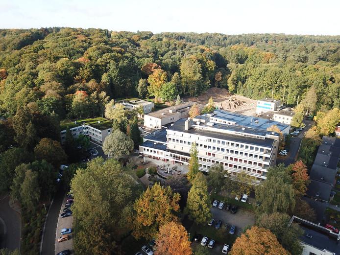 Het zorgcentrum Kalorama met links in het struweel het Centrum voor Doofblinden.