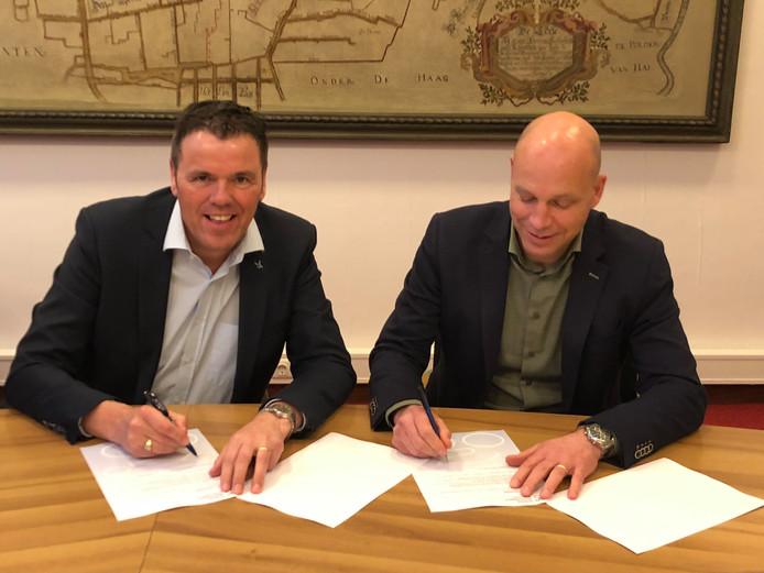 De Technogroup is opnieuw de naamgever van de profrone in Etten-Leur. Francois Moelands (rechts) van het bedrijf tekende vrijdag het contract met voorzitter Ronnie Buiks.