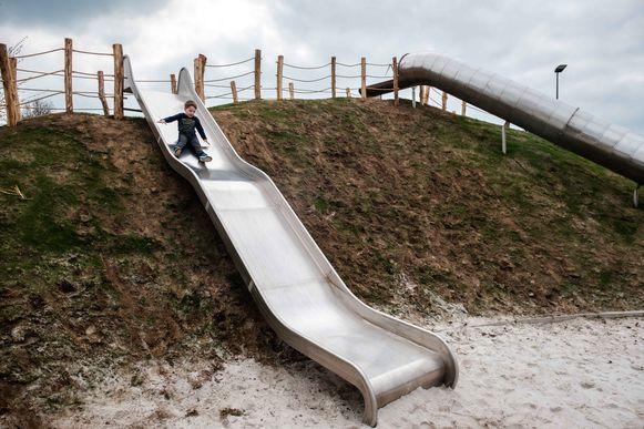 Kinderen leven zich uit op het nieuwe speelterrein.