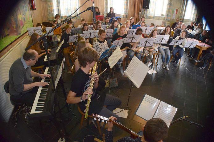 De organiserende jeugdband Feniks tijdens Bella Italia in betere tijden