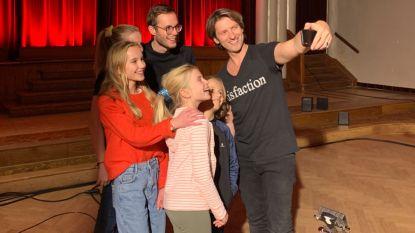 Gene Thomas zingt in Eldorado 'voor haar' voor heel Vlaanderen in het kader van Rode Neuzendag