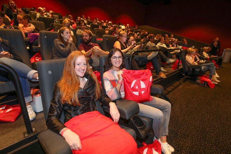 Vriendinnen Celine en Manon bekeken in de bioscoop alle 12 afleveringen van de serie 'De Dag'.