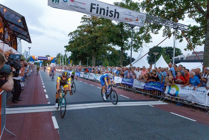 Sprinter Dylan Groenewegen passeert als eerste de streep tijdens het Spektakel van Steenwijk.