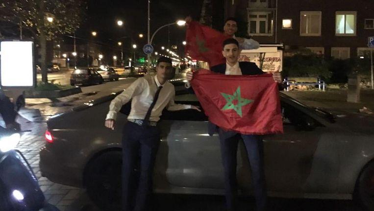Vrolijk wordt er met de Marokkaanse vlag gezwaaid Beeld Tom Kieft