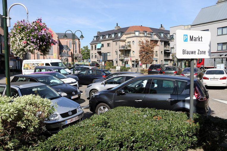 Geen parkeerplaatsen meer te vinden op het Marktplein.