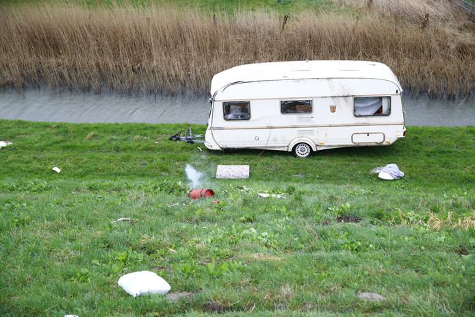 De omgeblazen caravan belandde niet in het water.