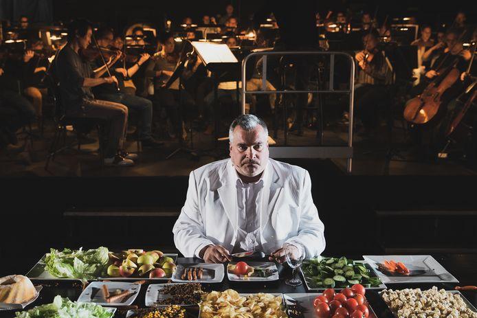 Beeld uit La Grande Bouffe, voorstelling van Toneelgroep Maastricht en Philharmonie Zuid. Foto Bjorn Frins