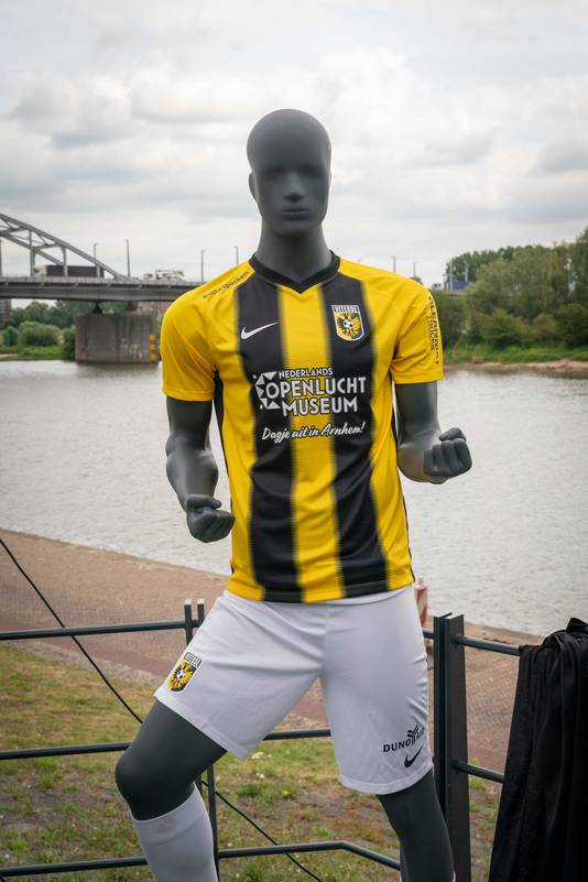 In het nieuwe voetbalseizoen prijkt de naam van het Nederlands Openluchtmuseum op het thuisshirt van Vitesse.