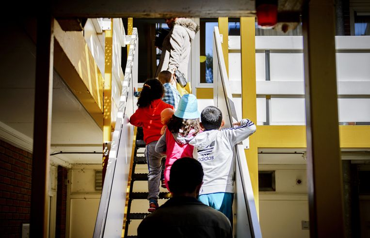 Asielzoekers in het AZC Heerhugowaard. De gevangenis wordt omgebouwd tot een asielzoekerscentrum voor ongeveer 600 asielzoekers. Beeld anp