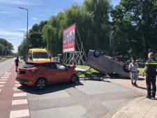 Auto op de kop op Meidoornsingel in Rotterdam-Noord