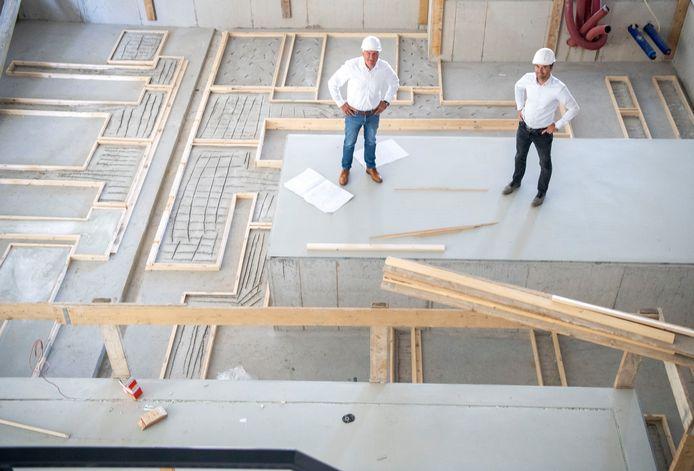 Directeur Henk Kieft en operations manager Björn Wesselink op het fundament in het nieuwe bedrijfspand in harderwijk.