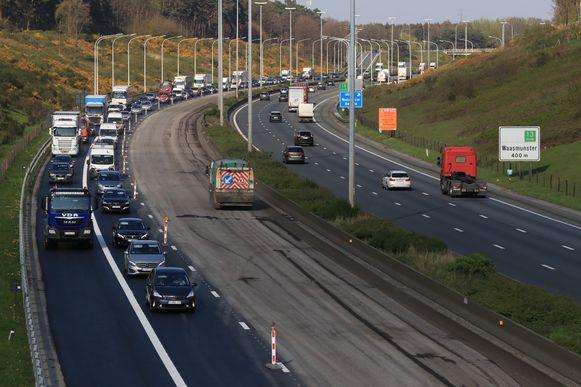Werken op de E17, in de richting van Gent in april. Vanaf volgende week wordt er gewerkt in de richting van Antwerpen, tussen Waasmunster en Sint-Niklaas, maar alleen tijdens de weekends.