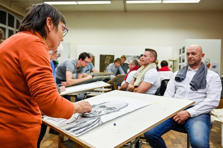De leerlingen van de academie besteden veel zorg aan de portretten. Voor de Pijnders betekent het lang stilzitten.