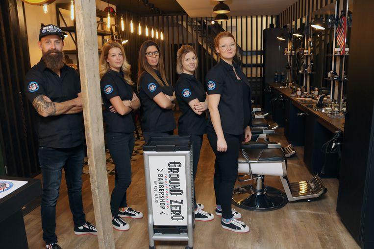 Roel Melis met zijn collega's Romy, Elke, Eveline en Quita in een matchende outfit. Zelfs de schoenen zijn op elkaar afgestemd.
