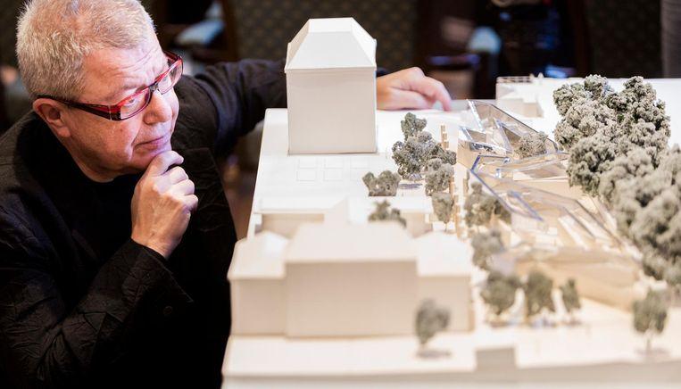 De Amerikaanse, Pools-Joodse, architect Daniel Libeskind poseert bij de maquette van het Holocaust Namenmonument. Beeld ANP