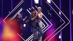 VIDEO: Podiumbestormer pakt micro af van Britse SuRie tijdens Eurovisiesongfestival