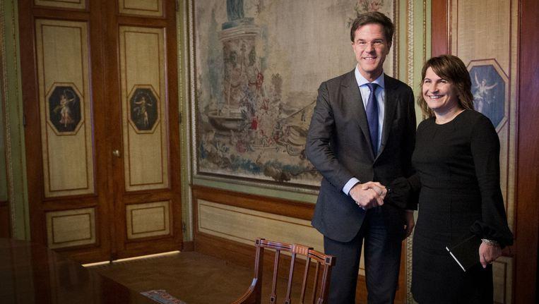 Premier Mark Rutte (L) ontvangt de beoogde bewindspersoon van het nieuwe kabinet Lilianne Ploumen (PvdA) voor de functie van minister van Buitenlandse Handel en Ontwikkelingssamenwerking. Beeld ANP