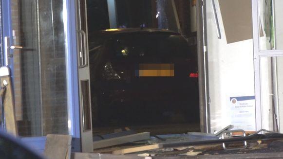 De auto richtte veel schade aan.