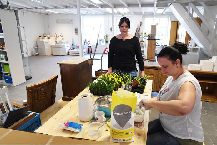OOSTERHOUT. Creatief Klappeij gaat in mei weer open Femke Aarts en de werkende Alexandra Veltman.