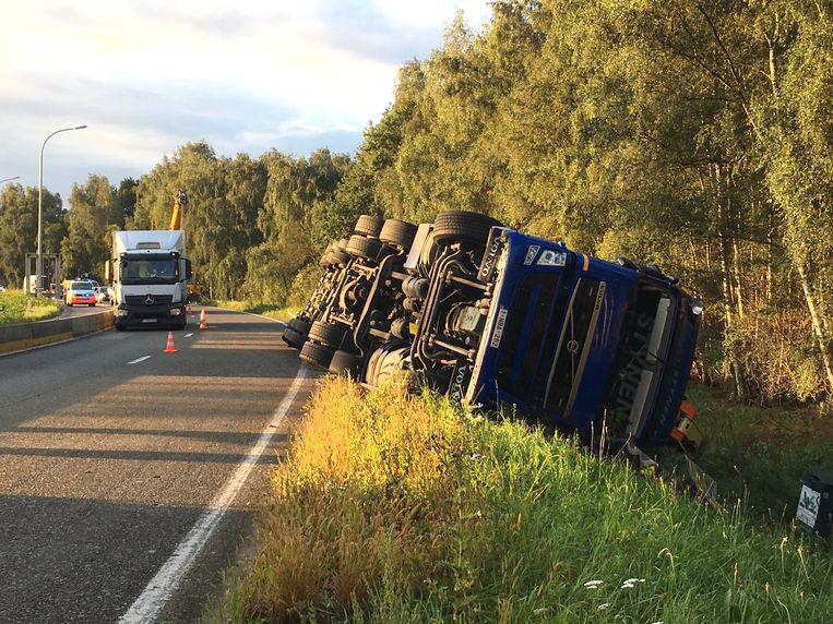 De vrachtwagen belandde in de gracht naast de R6
