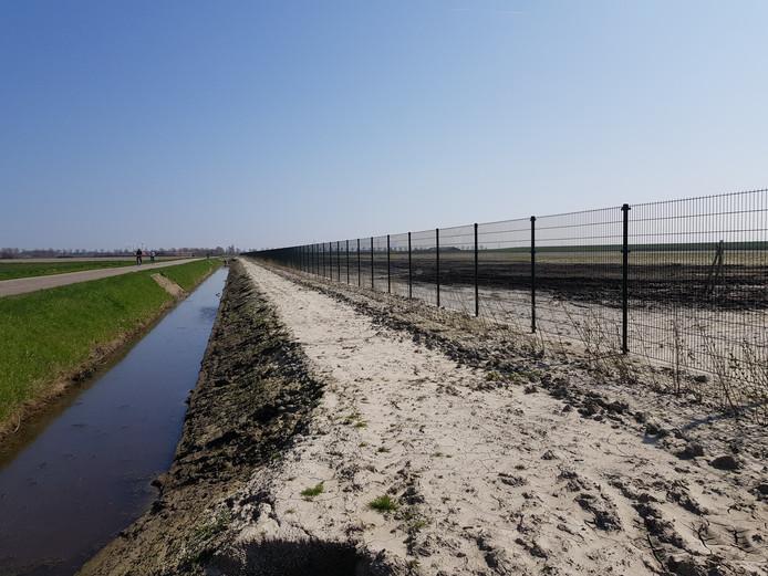 De Ceresweg met rechts het terrein waar het zonnepark van Eneco verrijst.
