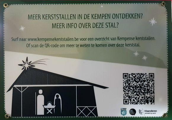 Bij alle kerststallen hangt een QR code met uitleg over de stal