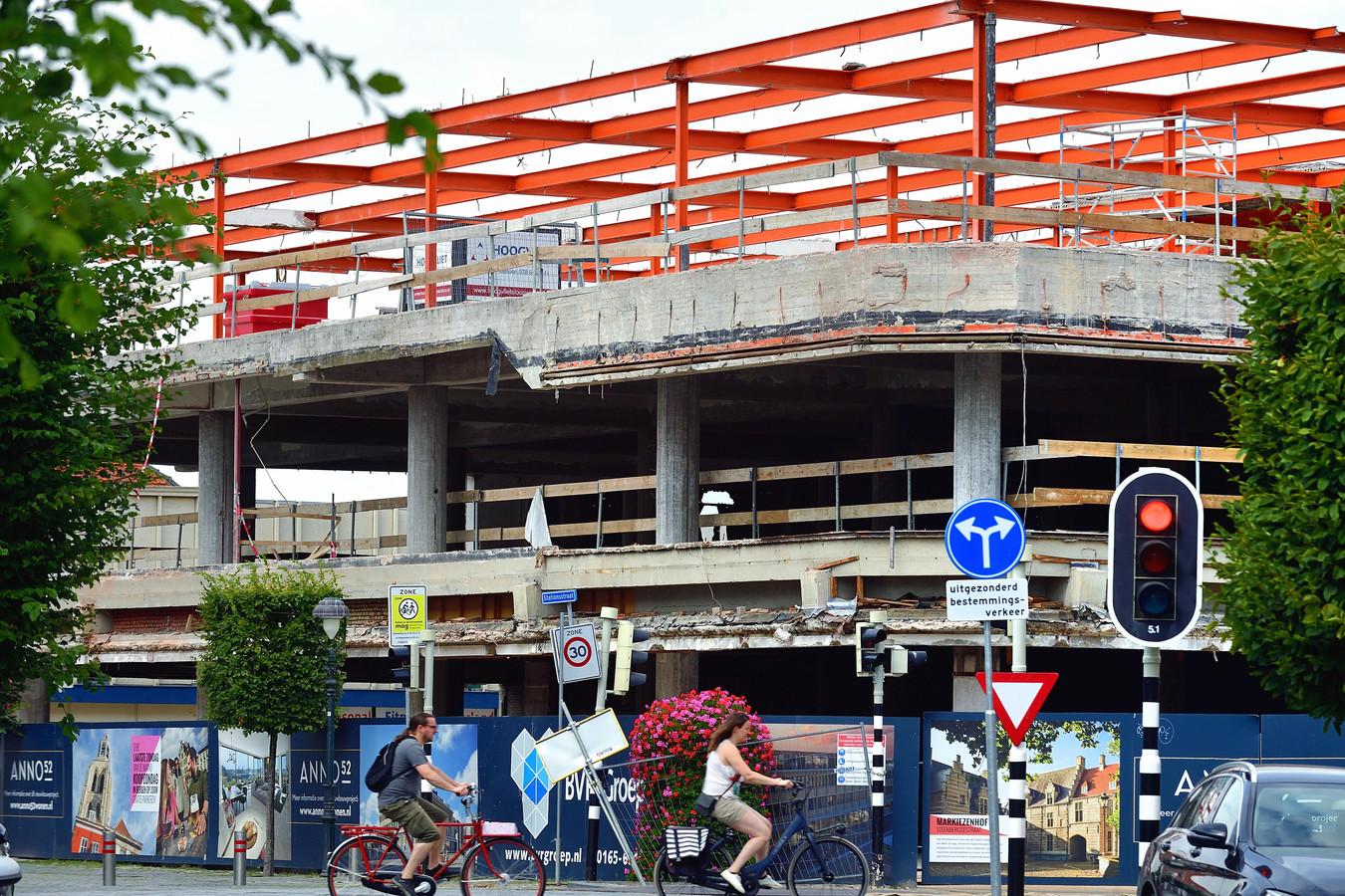 In de voormalige V&D in Bergen op Zoom, die deels gesloopt wordt, komen 45 appartementen in, op drie etages, de bovenste op een nieuwe staalconstructie.