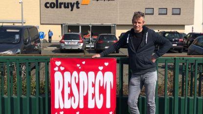 """Michel (49) hangt Knokke vol spandoeken: """"Uit respect voor zorgverleners, vissers en mensen in warenhuizen"""""""